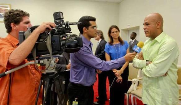 Durante una de sus coberturas en Haití, entrevistando a Michel Martelly, presidente del país caribeño