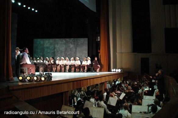 El Teatro Lírico Rodrigo Prats, de Holguín, junto a la Orquesta Sinfónica de la provincia, durante la ópera Cavalleria rusticana