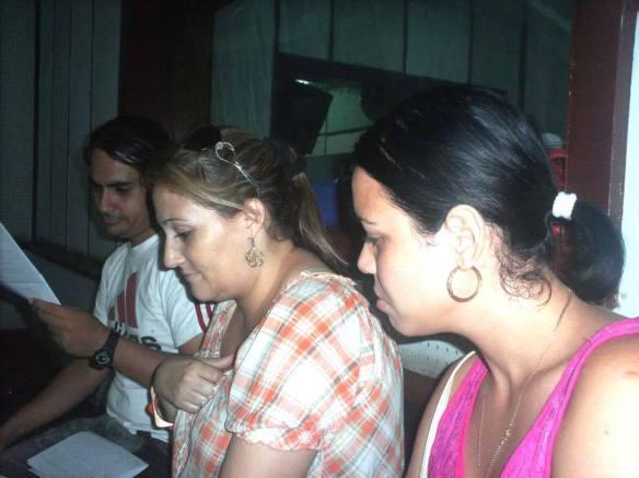 Ensayando, Roberto, Migdalia, Karen